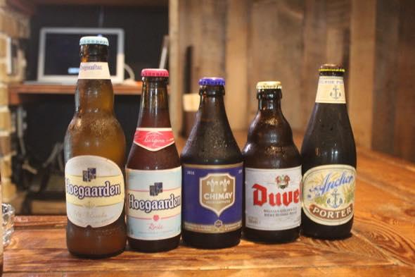 ベルギービール 左から ①ヒューガルデン ホワイト ②ヒューガルデンロゼ(ヒューガルデンホワイトにフランボアーズ果実を加えたフルーツビール)③シメイ・ブルー ④デュベル ⑤アンカーポーター(アメリカ)